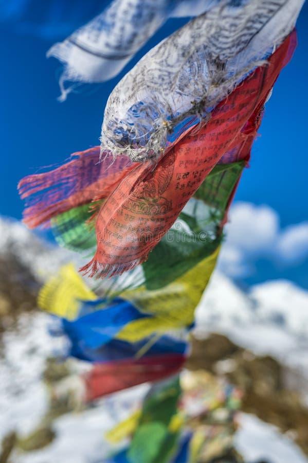As bandeiras da oração nos Himalayas com Ama Dablam repicam no backgr imagem de stock
