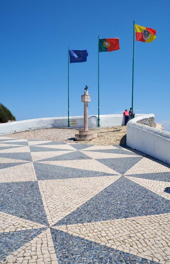 As bandeiras da União Europeia, do Portugal e do Nazare em Miradouro sub fotos de stock royalty free