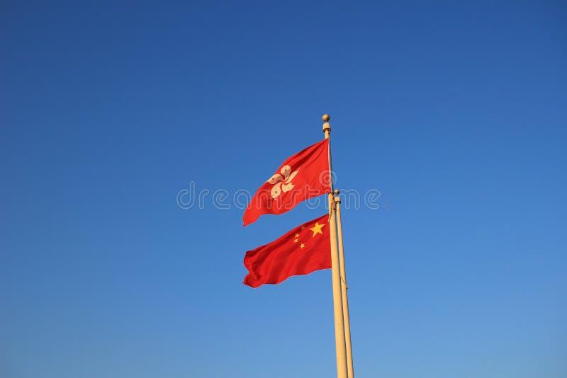 as bandeiras de Hong Kong e de China imagens de stock royalty free