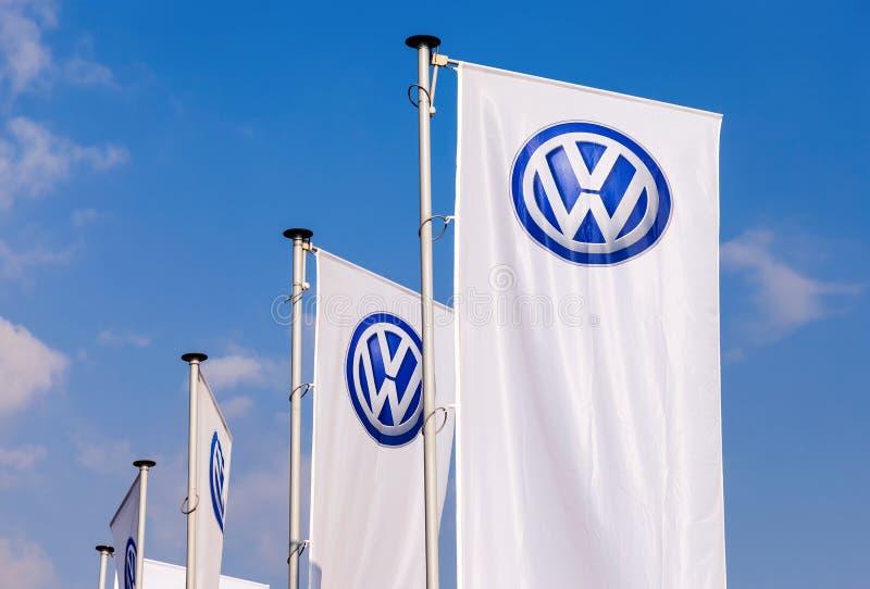 As bandeiras de Volkswagen sobre o céu azul imagem de stock royalty free