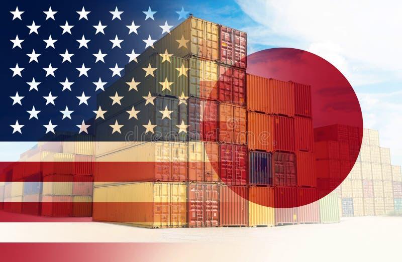 As bandeiras do americano e do Japão impuseram sobre os recipientes que representam o comércio entre os dois países foto de stock