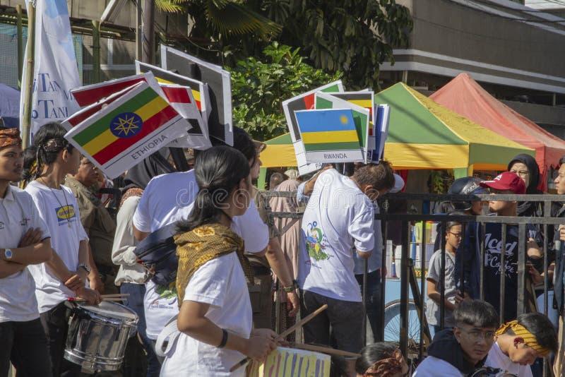 As bandeiras para muitos participantes dos países diferentes no festival 2019 de Ásia África fotos de stock