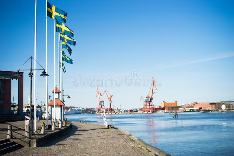 As bandeiras suecos que voam em Gothenburg abrigam, Suécia imagens de stock