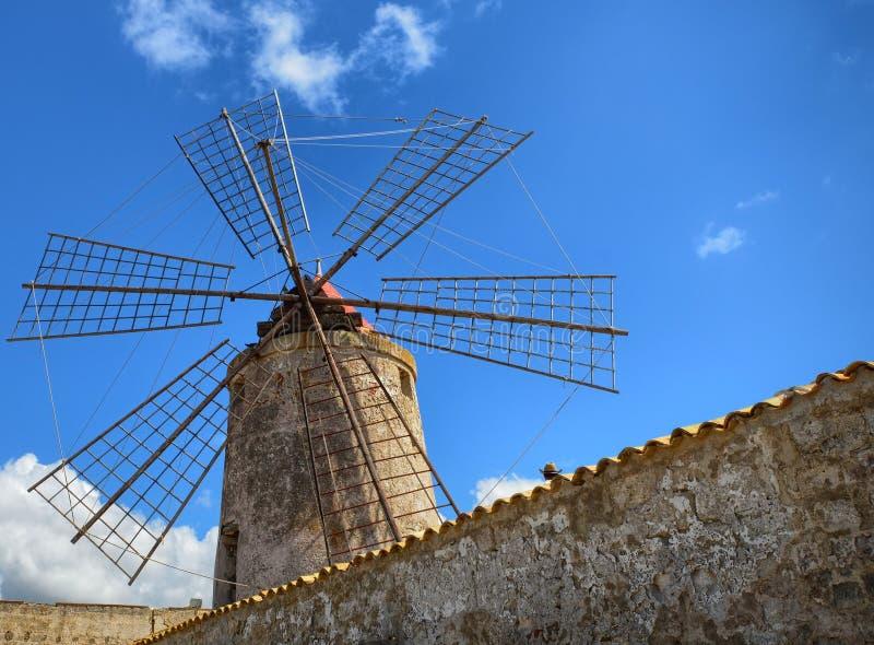 As bandejas fabulosas de Trapani, os moinhos de vento históricos de sal imagens de stock