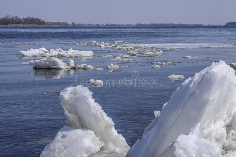 As banquisas de derivação do iceberg flutuam na água Quebra do gelo no rio na primavera imagens de stock