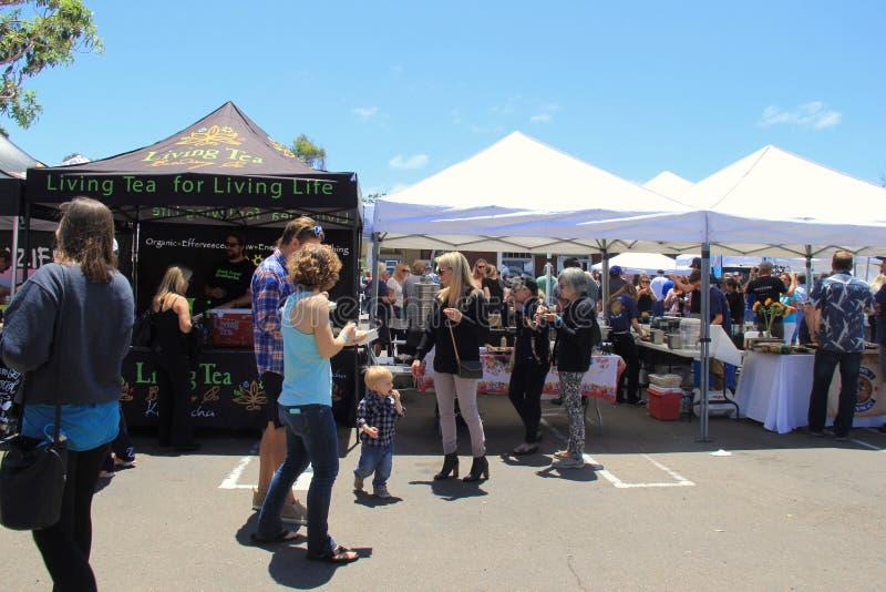 As barracas estabelecem-se com os vendedores e os povos de alimento que provam seus mercadorias, San Diego, Califórnia, 2016 fotos de stock
