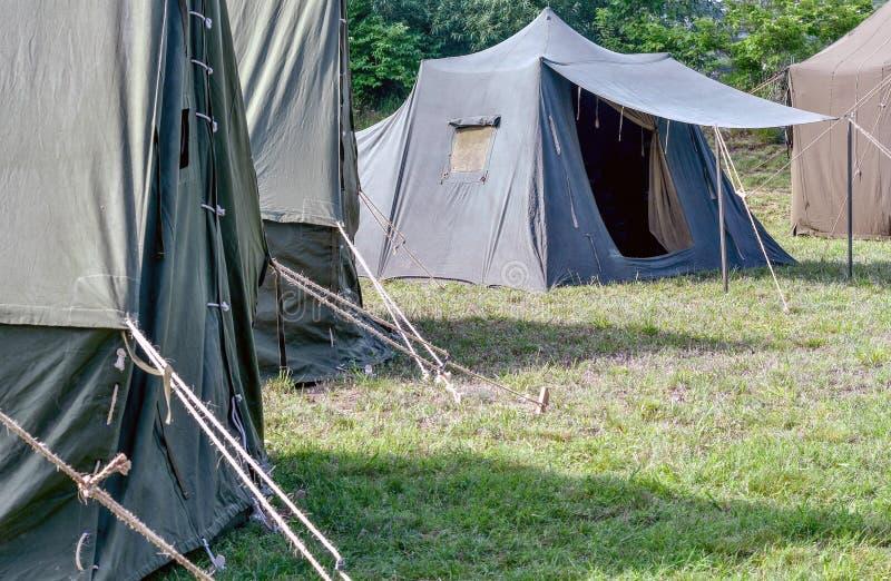 As barracas militares estão prontas estabelecido para que os soldados cheguem fotos de stock