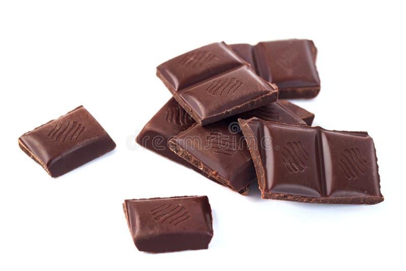 As barras de chocolate escuras empilham isolado no fundo branco fotografia de stock royalty free