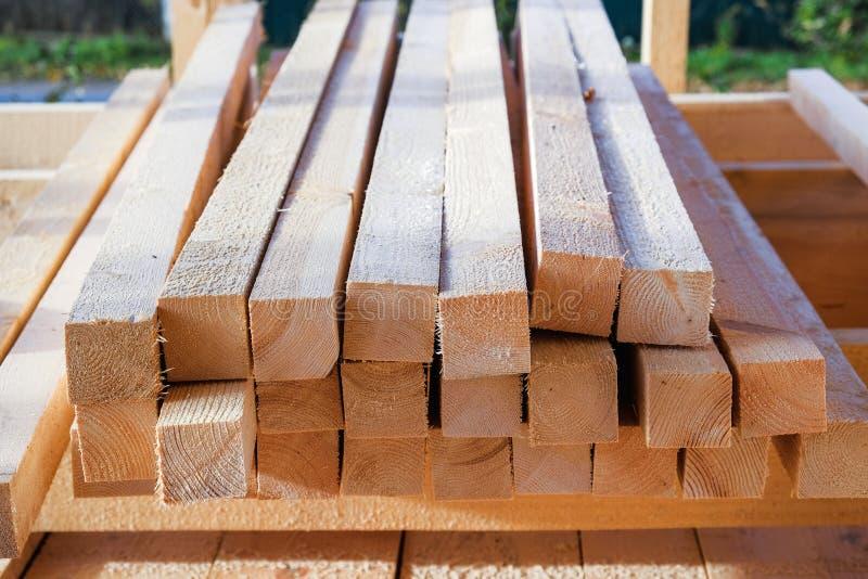 As barras de madeira são empilhadas em um canteiro de obras fotografia de stock royalty free