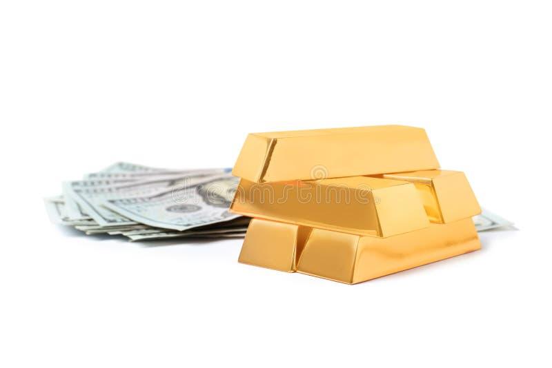 As barras de ouro e as cédulas de brilho do dólar isolaram-se imagem de stock royalty free