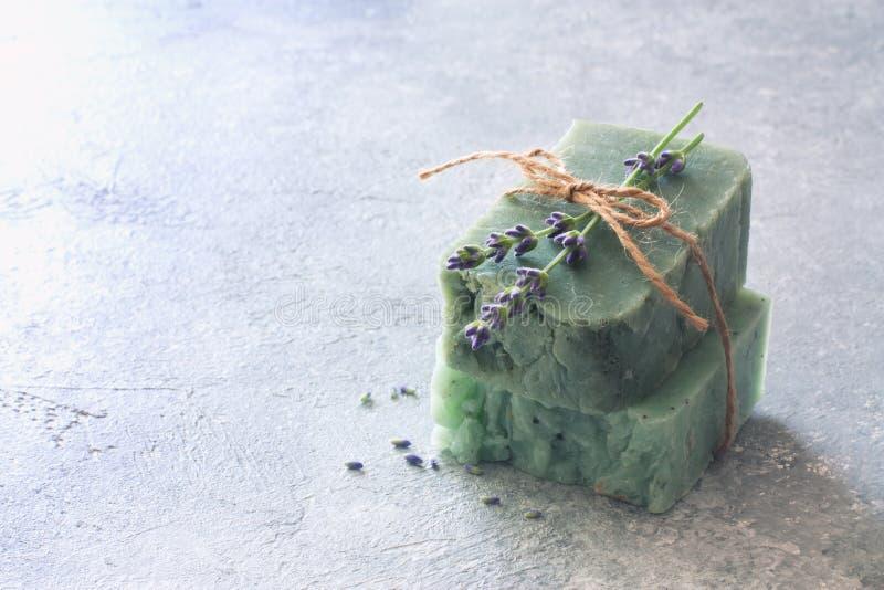 As barras do sabão feito a mão com alfazema florescem sobre a pedra neutra s fotos de stock