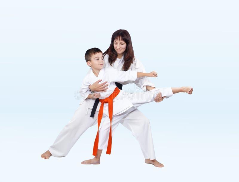 Download As Batidas De Karateka Que Retrocedem O Instrutor Corrigem Foto de Stock - Imagem de prática, felicidade: 80102066