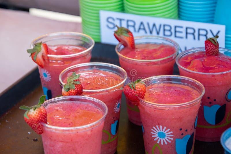 As bebidas da morango em uns copos decorados eram venda em uma cabine fotografia de stock
