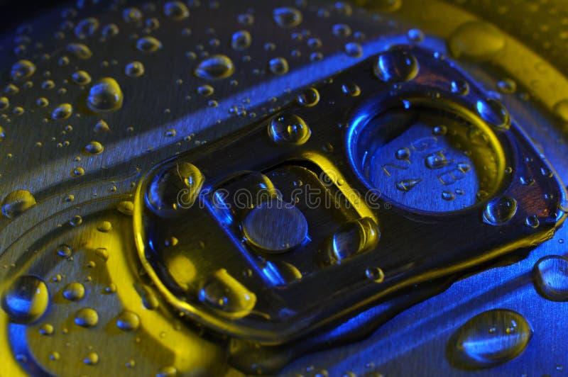 As bebidas podem cobrir com gotas fotografia de stock royalty free