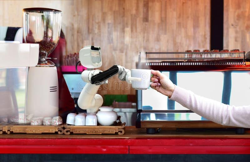 As bebidas quentes do café da posse do robô aos povos trabalham em vez do futuro do homem foto de stock