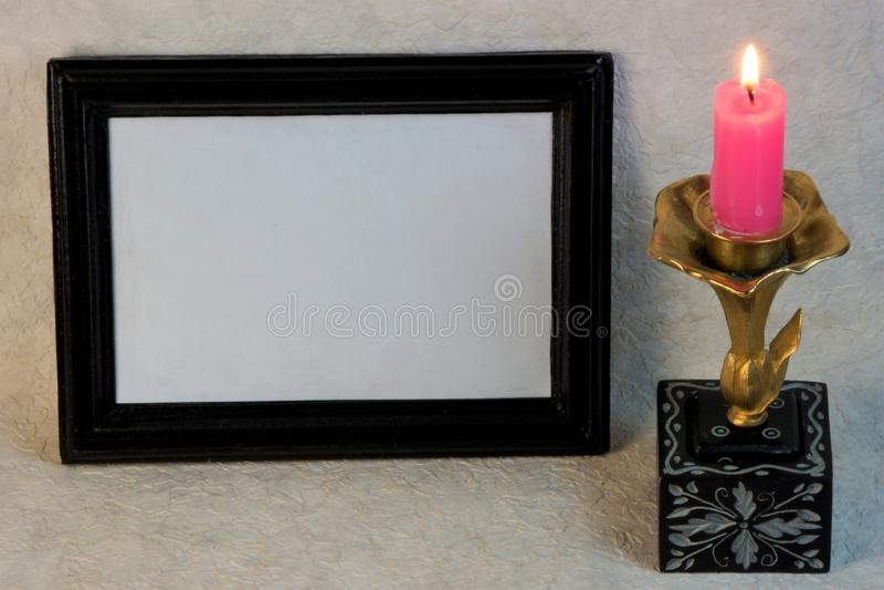 As beiras do quadro para fotos e projeto, a vela estão queimando-se fotografia de stock royalty free