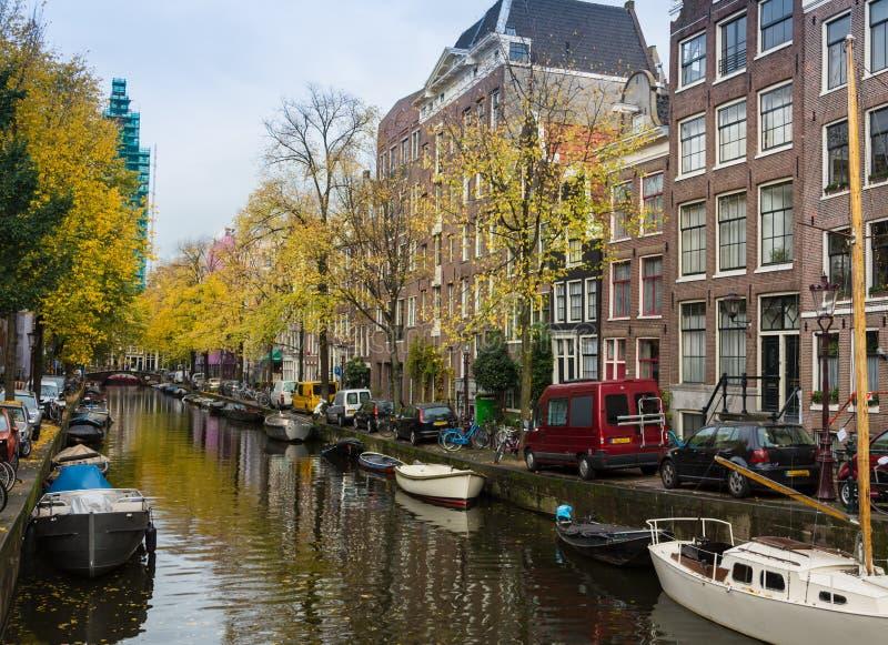 As bicicletas estacionaram em uma ponte em Amsterdão, os Países Baixos fotografia de stock