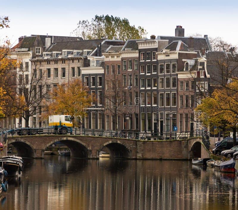As bicicletas estacionaram em uma ponte em Amsterdão, os Países Baixos fotos de stock