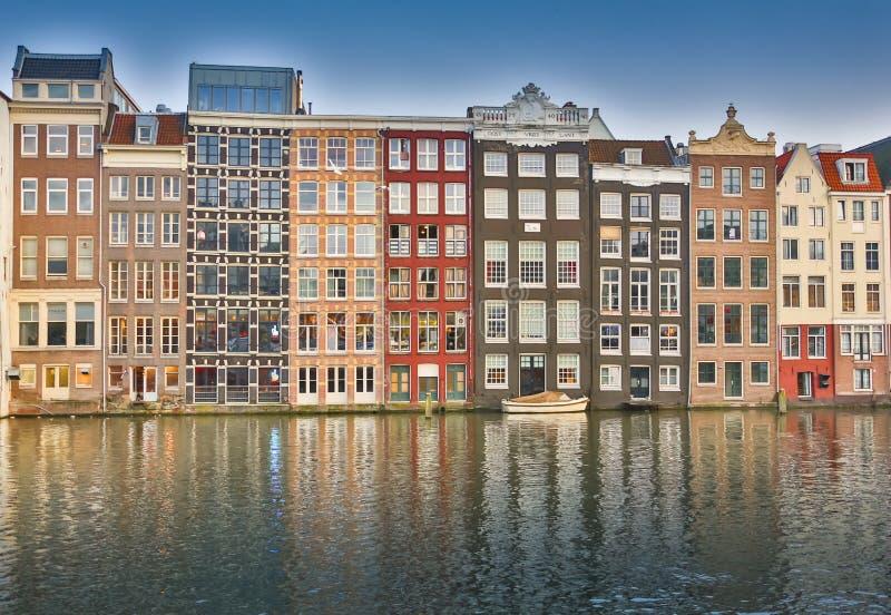 As bicicletas estacionaram em uma ponte em Amsterdão, os Países Baixos imagens de stock royalty free