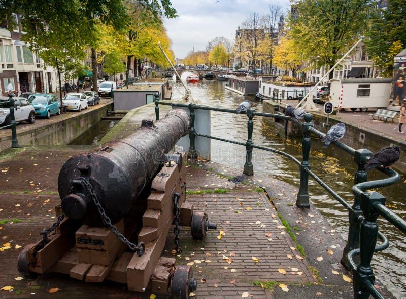 As bicicletas estacionaram em uma ponte em Amsterdão, os Países Baixos imagens de stock