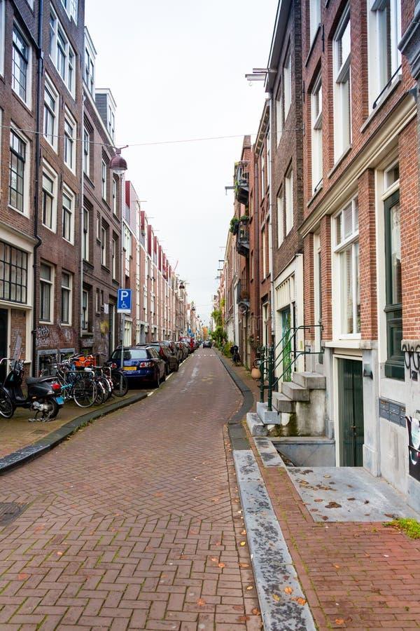 As bicicletas estacionaram em uma ponte em Amsterdão, os Países Baixos imagem de stock royalty free
