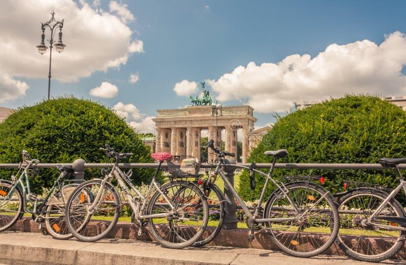 As bicicletas fronteiam Berlin Brandenburg Gate fotos de stock royalty free