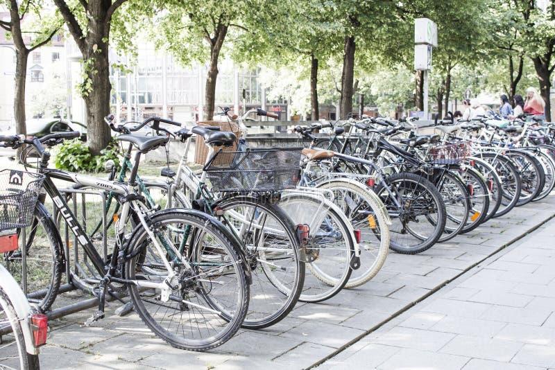 As bicicletas são estacionadas imagem de stock
