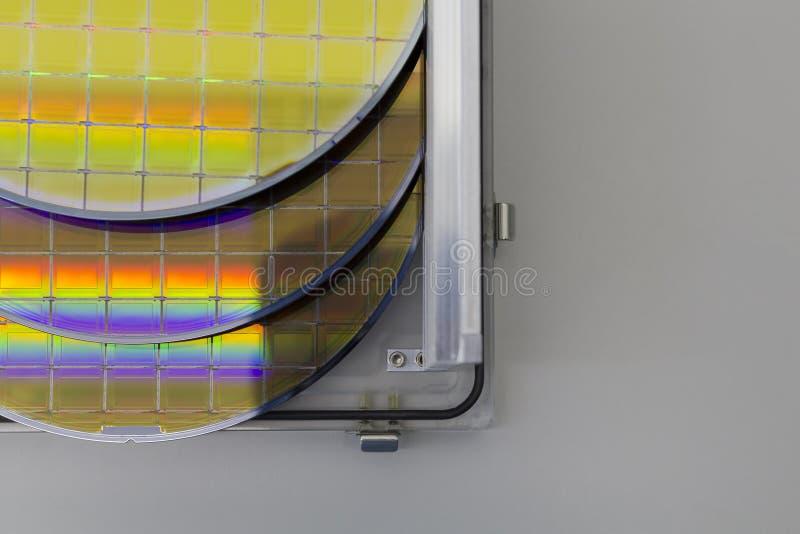 As bolachas de silicone na caixa de aço do suporte em uma bolacha da tabela A são uma fatia fina de material do semicondutor, tal imagens de stock royalty free