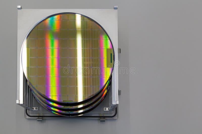 As bolachas de silicone na caixa de aço do suporte em uma bolacha da tabela A são uma fatia fina de material do semicondutor, tal fotografia de stock
