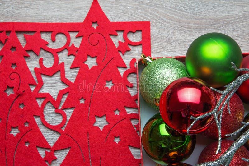 As bolas de ano novo com guardanapo vermelho fotos de stock royalty free