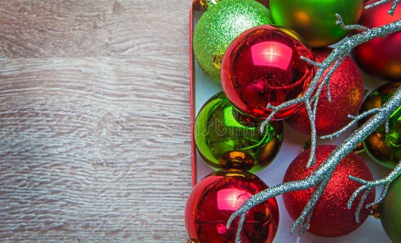 As bolas de ano novo na madeira fotos de stock