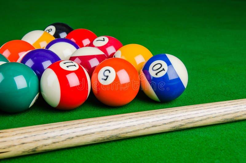 As bolas de bilhar na tabela verde com bilhar cue, encurralam, associam-se imagens de stock royalty free