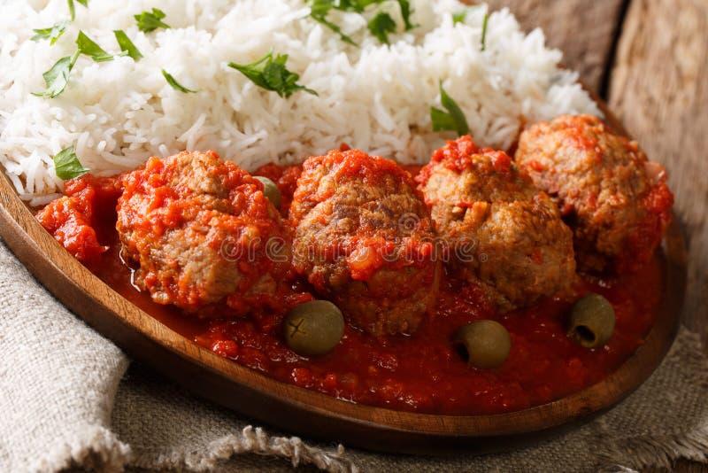 As bolas de carne cozidas no molho de tomate picante serviram com close-up do arroz fotos de stock royalty free