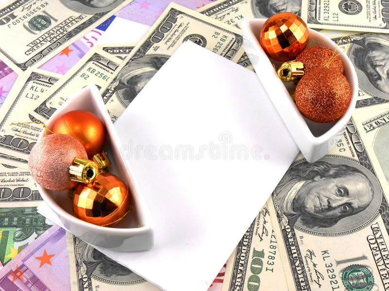As bolas do Natal ajustaram-se, papel vazio, fundo do dólar foto de stock royalty free