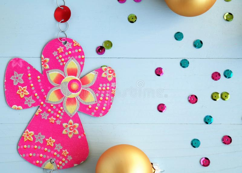 As bolas douradas do Natal e do papel fizeram o anjo cor-de-rosa imagens de stock