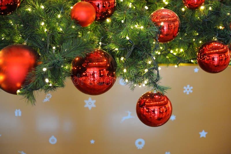 As bolas vermelhas decoram a árvore de Natal imagem de stock