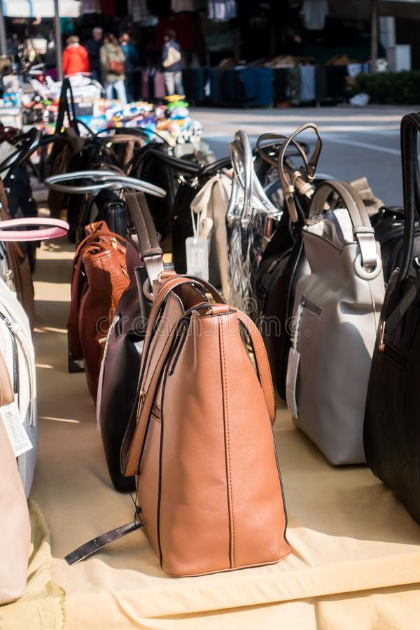 As bolsas das mulheres expuseram para a venda em uma tenda no mercado exterior fotografia de stock