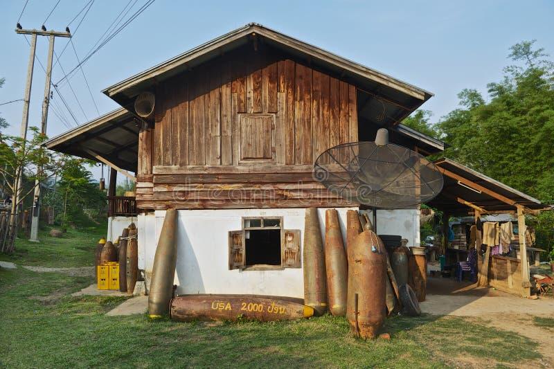 As bombas sem explodir americanas encontraram a parte externa de uma construção residencial em Phonsavan, Laos imagem de stock