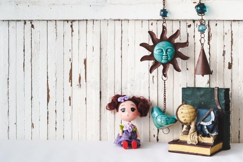 As bonecas bonitos com vintage objetam o fundo de madeira do estilo com bobina fotos de stock