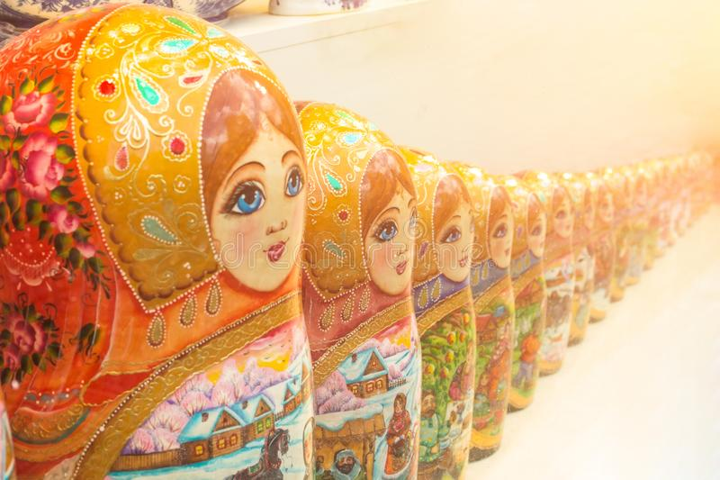As bonecas do assentamento do matryoshka do russo do vintage enfileiram alinhado na tabela fotografia de stock royalty free