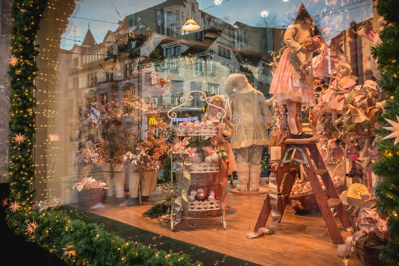 As bonecas e os brinquedos na exposição na janela do presente do Natal apresentam foto de stock