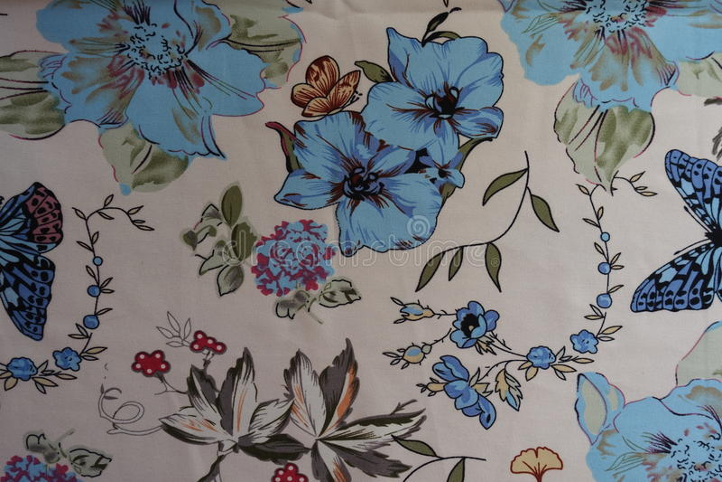 As borboletas, as flores e as folhas imprimiram na tela foto de stock royalty free