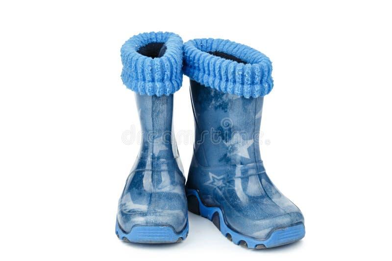 as botas de borracha das crianças em um fundo branco foto de stock