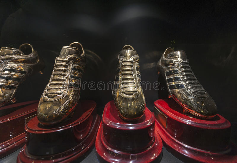As botas douradas de Ronaldo no museu do Real Madrid fotografia de stock royalty free