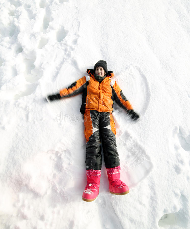 As brincadeiras na neve e no ele fazem a forma do anjo fotografia de stock royalty free