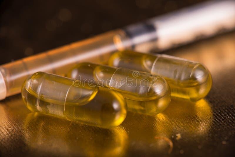 As cápsulas da extração do cannabis infundiram com o fragmento sobre o reflectiv imagem de stock