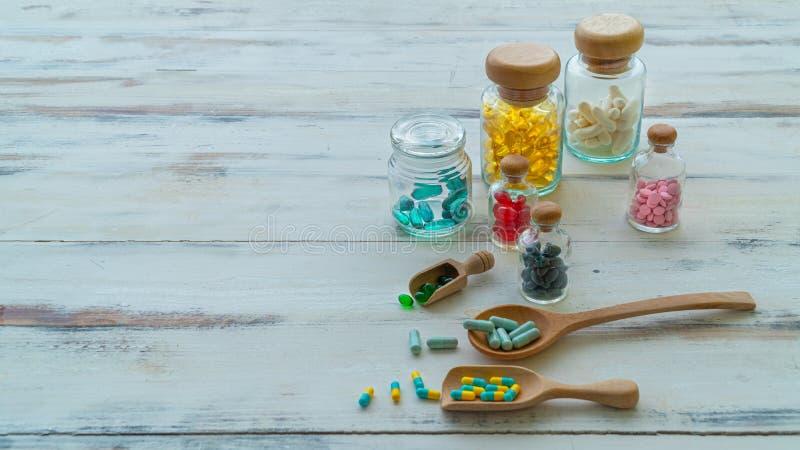 As cápsulas são amarelas, brancas, verdes, vermelhas, azuis, cor-de-rosa, tais como Fish oil ômega 3 imagens de stock