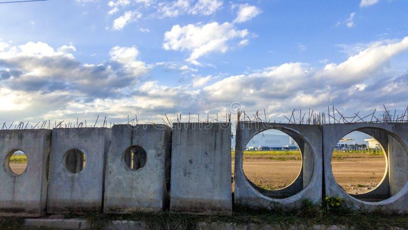 As câmara de visita do concreto pré-fabricado são armazenadas na terra preparam-se para a construção Estes são material útil para foto de stock royalty free