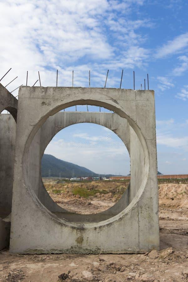 As câmara de visita do concreto pré-fabricado são armazenadas na terra pronta para o engodo imagens de stock