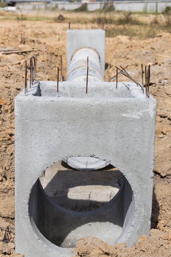 As câmara de visita do concreto pré-fabricado são armazenadas na terra pronta para o engodo fotos de stock royalty free